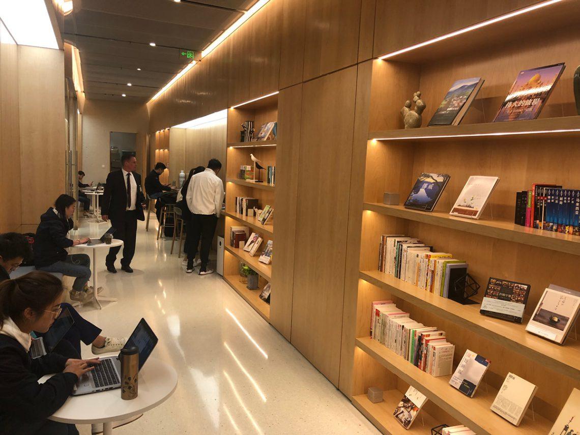 NIO baut in den Stadtzentren eigene Markencenter auf, die mit einem gemütlichen Café und einer Bibliothek und temporären Arbeitsplätzen Markenfreunden einen Anlaufpunkt geben. Da wird aus einer Automarke eine Familie oder Community…