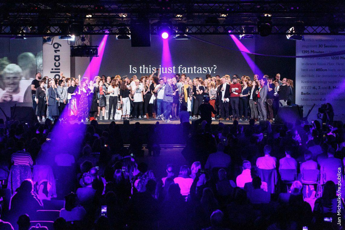 Traditioneller Abschluss jeder re:publica: Gemeinsam wird Bohemian Rhapsody gesungen und das ganze Team bekommt seinen verdienten Applaus für eine spannende und inspirierende Konferenz.