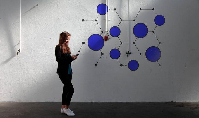 Vanessa Mogler mit Handy in einer Halle