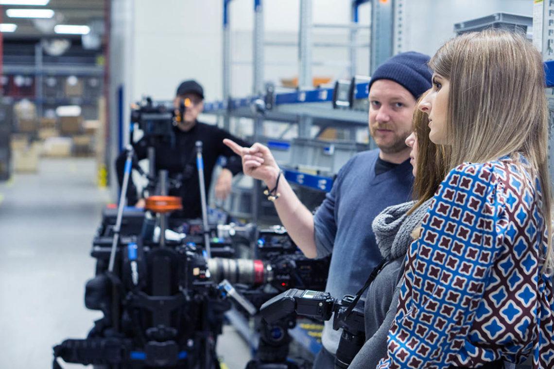 Einmal genau Hinschauen: Unser Kameramann erklärt mir wie richtig gefilmt wird.