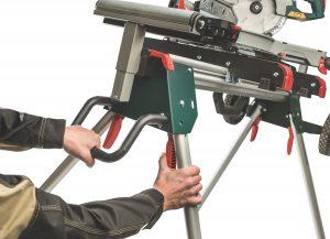 KSU 251 Aufbau Praktisch: Die Standbeine der mobilen Kappsägen-Untergestelle KSU 251 und KSU 401 von Metabo lassen sich einhändig einklappen. So kann der Anwender die Gestelle auch mit montierter Säge schnell und einfach auf- und abbauen. Foto: Metabo