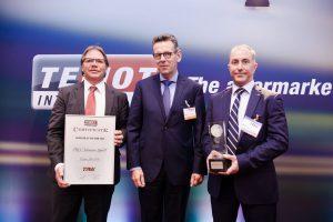 Von links nach rechts: Jochen Leuthold, Neil Fryer und Javier Rodrigo bei der Preisübergabe. (Bild: TRW)