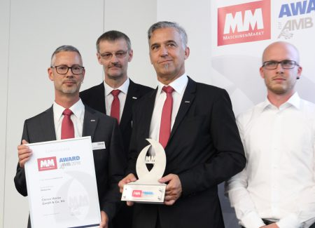 Preisübergabe ABM-Innovations-Award (v.l.n.r.): Stephan Störmer, Beauftragter DataLine, Waldemar Wardenga, Nachrüstungen, Rainer Gondek, Leiter Marketing und Florian Rappel, Software Engineering. (Bild: CHIRON Group)