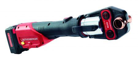 Die neue ROMAX® 4000: Mit bis zu 40 % mehr Verpressungen pro Akkuladung, unter 5 Sekunden pro Verpressung und nur 3,6 kg Gewicht ein neuer Maßstab in der ROTHENBERGER Presstechnik. Foto: ROTHENBERGER
