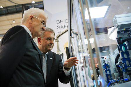 Balluff Geschäftsführer Michael Unger führt den baden-württembergischen Ministerpräsidenten Winfried Kretschmann über den Balluff Messestand und zeigt wie Industrie 4.0 Lösungen schon heute umgesetzt werden können.