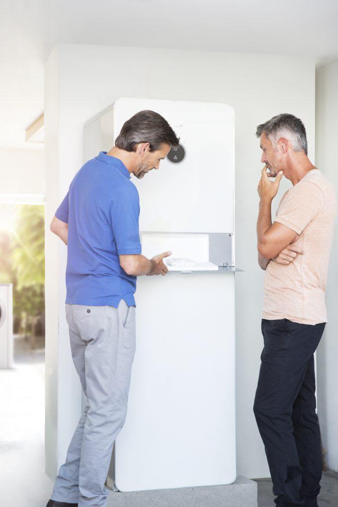 Gehört zum Vernetzungs-Service von Junkers Bosch: Ein IT-Profi registriert die Anlage gemeinsam mit dem Nutzer. (Quelle: Junkers Bosch)