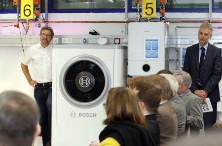 Schulleiter Erhard Hofmeister (rechts) und Lehrkraft Thomas Mailänder bei der Eröffnung des Multilabors. (Quelle: Junkers Bosch)