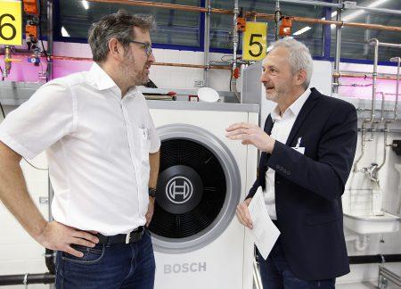 Lehrer Thomas Mailänder im Gespräch mit Schulungsleiter Markus Geiger: Das Team von Junkers Bosch unterstützte das Projekt von Anfang an. (Quelle: Junkers Bosch)
