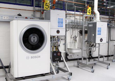 Für den flexiblen Einsatz in unterschiedlichen Szenarien stehen die Compress 7000i und die Condens 9000i im Multilabor auf Rollen. (Quelle: Junkers Bosch)