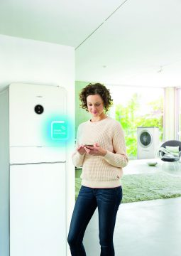 Smart-Home-Bewohner können mit dem Energiemanager besonders viel Stromkosten sparen und komfortabel wohnen. (Quelle: Bosch)