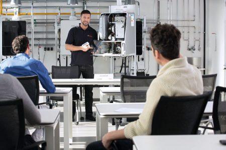 Enge Verknüpfung von Theorie und Praxis: In den Seminarzentren wird an Originalgeräten von Junkers Bosch geschult. (Quelle: Junkers Bosch)