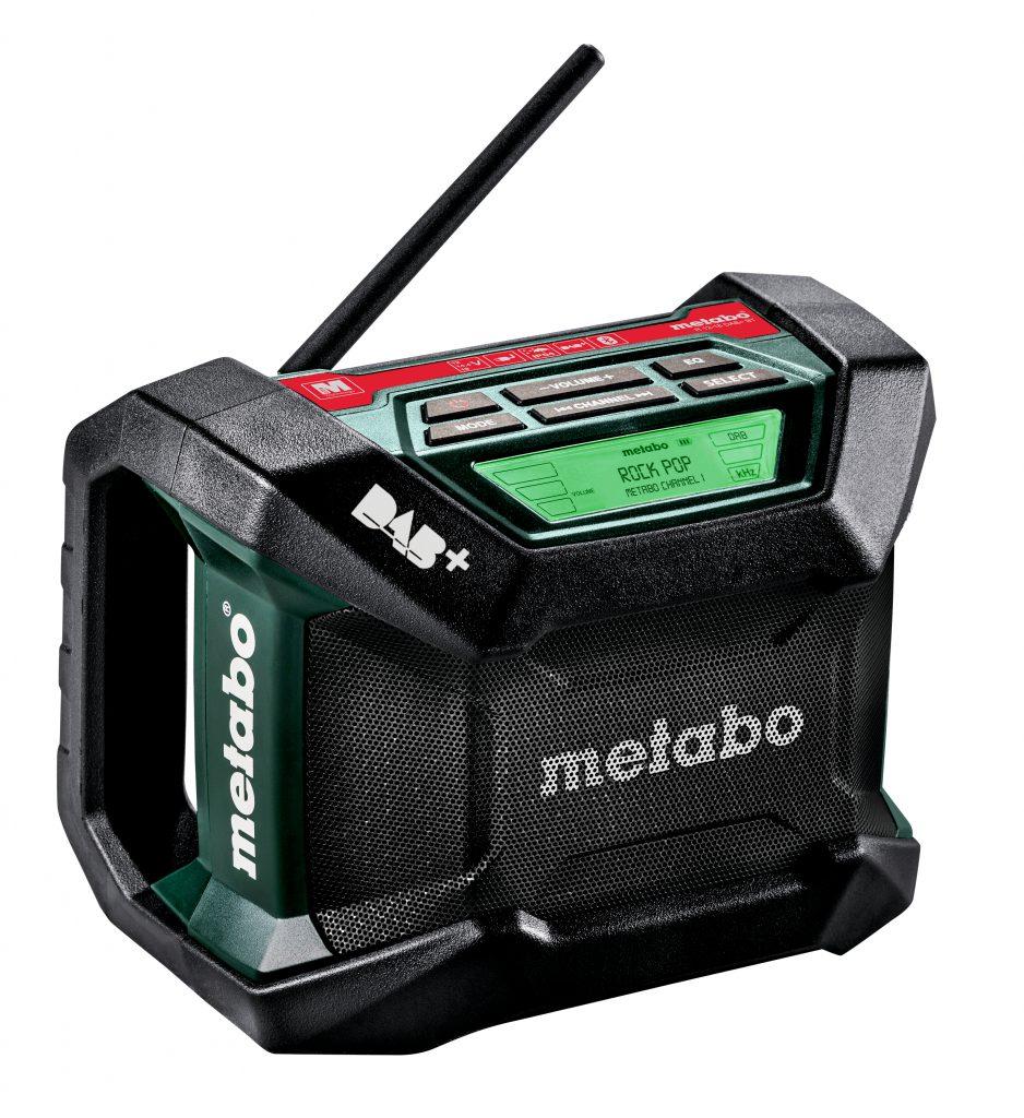 Ob draußen auf der Baustelle oder drinnen in der Werkstatt – mit dem R 12-18 DAB+ BT spielt die Musik überall. Denn das Radio läuft mit Kabel und mit Akku; alle Metabo Akkupacks von 12 bis 18 Volt passen in das neue Gerät.