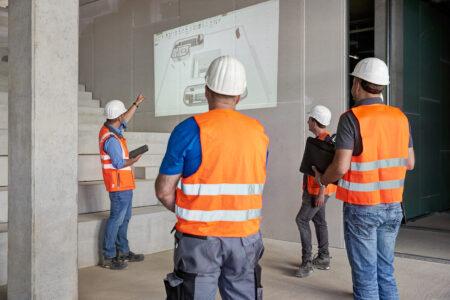 Abstand halten ist Pflicht: Das gilt derzeit auch für Besprechungen im Bauteam.