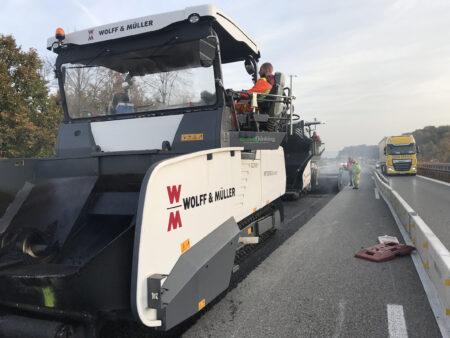 Effiziente Fahrbahnerneuerung der Autobahn A44 durch WOLFF & MÜLLER dank optimierter Prozesse, hochleistungs Straßenfertiger und den Einsatz des Echzeitsystems BPO Asphalt.
