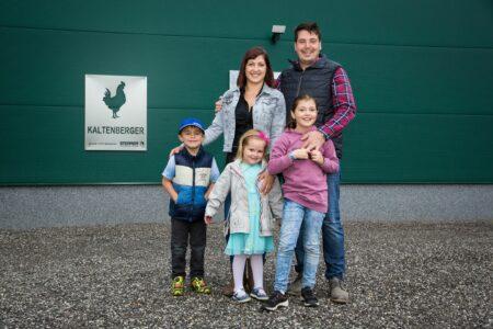 Familie Gutenthaler auf ihrem Hof in Weitersfelden
