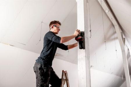 Akku-Exzenterschleifer: Alte Farbe abschleifen, Lack auf Flächen zwischenschleifen oder grundierte Holzflächen glätten